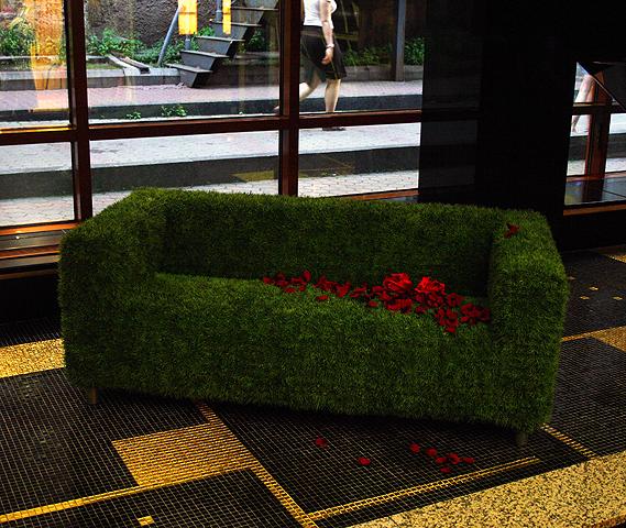 Декорированный диван